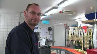 Slagtermester Søren Brinckmand Jensen slår flere gange om ugen et tilbud op på Facebook.