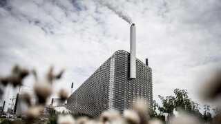 Amager Bakke, med skibakke på toppen, er Amager Ressourcecenters kronjuvel. Selskabet håber at kunne opsuge CO2 fra affaldsrøgen engang i fremtiden.