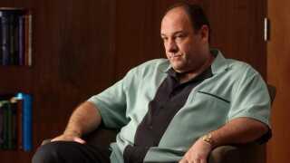 - Første scene i 'Sopranos' (billede fra 'Sopranos') foregår langt fra New Jerseys hårde gader, som Tony Soprano styrer med hård hånd. Vi møder en skeptisk Tony Soprano i et klaustrofobisk venteværelse, mens han spændt venter på, at psykologen Jennifer Melfi har tid til at tale med ham. Tony er ganske vist hård udenpå, men indeni lider han af angst. Han er nervøs for, om han som familiens patriark kan føre 'familieforretningen' videre. Om døden venter lige om hjørnet. Om han kan passe på sin familie. Det er klassiske angsttanker, som jeg godt kan nikke genkendende til, på trods af at jeg er opvokset i et hippiehjem, hvor ligestilling var selvsagt og kønsrollerne flydende.