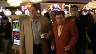 - Tony Soprano (billede fra 'Sopranos') er også ligeså handlekraftig, som han er handlingslammet. Det er netop dette nuancerede portræt, der er det smukke ved Tony Soprano-karakteren. At han ikke er svag, fordi han lever med angst, og at han ikke taber ansigt, blot fordi han opsøger hjælp.
