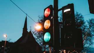Flere bilmærker er begyndt at udrulle funktioner, der skal sikre, at du rammer det grønne lys.
