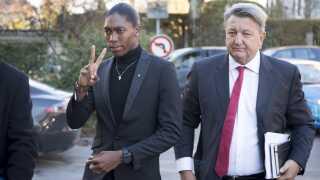 Caster Semenya ankommer sammen med sin advokat til sportsdomstolen i Lausanne.