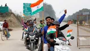 Folk er parate med flag ved Wagah-grænsen for at byde velkommen til det indiske pilot.REUTERS/Danish Siddiqui