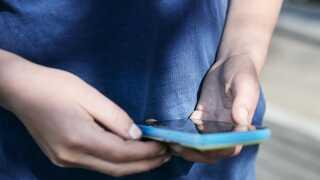 (ARKIV) Barn med mobiltelefon, den 22. april 2014. Børn optages mere og mere af deres digitale liv, men mangler støtte fra voksne omkring dem. Ny platform skal lære forældre om børnenes digitale legeplads. Det skriver Ritzau, tirsdag den 8. januar 2019.. (Foto: Kasper Palsnov/Ritzau Scanpix)