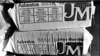 Et billede fra arkivet: Dansk Eternit Fabrik i Aalborg, december 1980. Produktion af eternitplader med asbest.