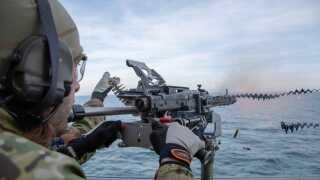 Der bliver også tid til mindre skydeøvelser under operationen på Den Engelske Channel.
