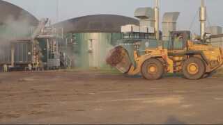 Jens Krogh kører gylle til sit biogasanlæg.