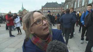 Pensionisten Pia Urban Swart forsøgte i bogstaveligste forstand at råbe politikerne inde bag Borgens tykke mure op.