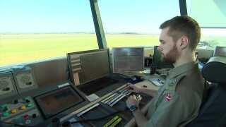 Fra kontroltårnet i Karup har Alexander Hundegger overblikket over det midtjyske luftrum. Som flyveleder skal han kunne samarbejde, bevare overblikket og træffe hurtige beslutninger. Evner han tidligere trænede som 'gamer' eller computerspiller.