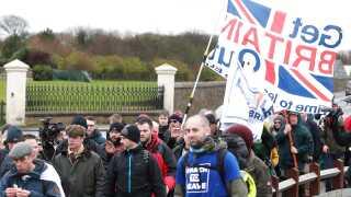 Marchen fra Sunderland til London trodser det våde, britiske forårsvejr.