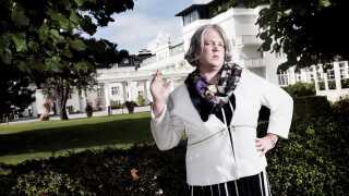 """Amnestys kampagnerepræsentant Amalie Have har modtaget trusler fra lyttere, efter satireprogrammet """"Den korte radioavis"""" på Radio24syv omtalte hende i en række udsendelser, mener organisationen. Her er karakteren Kirsten Birgit Schiøtz Kretz Hørsholm (Frederik Cillius)."""