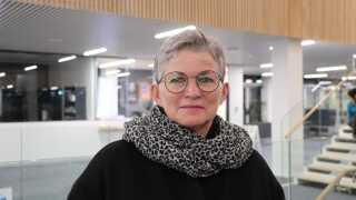 Maja Juul fra Bodilsker er bekymret for, at landvindmøllerne kan gå ud over potentielle naboer. Møllerne kan være støjende og sænke værdien på naboernes huse, mener hun.