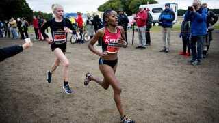 Anna Emilie Møller (tv. red.) vandt for nylig DM i cross. Hendes chancer for en medalje ved VM er dog ikke store. Her ses hun ved Eremitageløbet sammen med kenyanske Sylvia Kiberenge.