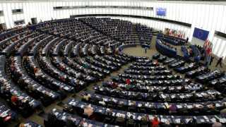 Briterne skal stemme til EU's parlamentsvalg, hvis de vil undgå at ryge ud uden en aftale. REUTERS/Vincent Kessler