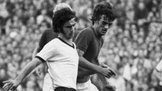 Gerd Müller (hvid) og Ole Bjørnmose kæmper om bolden i Idrætsparken den 30. juni 1970.