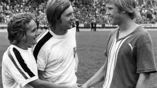 Allan Simonsen (tv) og Henning Jensen (im), begge Borussia Mönchengladbach, hilser på Per Røntved (Werder Bremen), der selv scorede 40 mål i sin karriere i Bundesligaen.