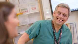 Nils Petter Fossland ved afdelingenen for kæbe- og ansigtskirurgi på St. Olav Hospital i Trondheim var på ferie den dag, ulykken skete, men har opereret Mari og fulgt hende tæt i tiden efter.