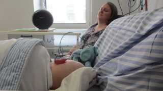 Mor og kræftramt søn lytter til en specialkomponeret musikfortælling.