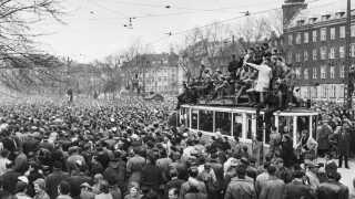 I 1956 blev Danmark ramt af en månedlang storkonflikt. Den 16. marts brød forhandlingerne i forligsinstitutionen sammen og arbejdskampen var en kendsgerning. Fagforbundene krævede, arbejdstiden sat ned fra 48 til 44 timer og forhøjelse af timelønnen med to kroner.