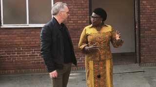 Her ses den ghanesiske ambassadør i Danmark fru Amerley Ollennu Awua-Asamoa sammen med hospitalsdirektør på Aarhus Universitetshospital Poul Blaabjerg.