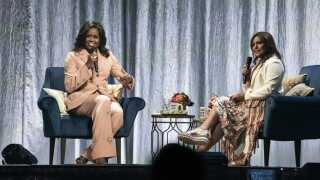 Michelle Obama har selv valgt, at det er veninden, den kendte tv-kok Rachael Ray, der skal interviewe hende på turneen. Men takket være værten, gik der 'damebladsjournalistik' i den, mener både Ane Cortzen og Le Gammeltoft.