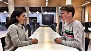 Nicolai Mølskov Bech og Asta Pedersen Hopf mødtes og havde en samtale, da 4.000 skoleelever og studerende afprøvede Uenige Sammen i februar.