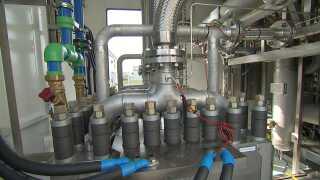Vandbaseret elektrolyse her i anlægget Hydrogen Valley i Hobro. Her bliver vand (H2O) udsat for strøm fra vindmøller eller solcelleanlæg, som spalter molekylerne. Ud på den anden side kommer ren ilt og ren brint. En proces, man også kalder for flydende el.
