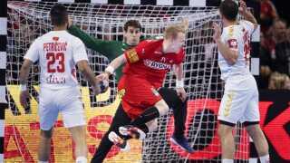 Anders Zachariassen scorer bag om ryggen.