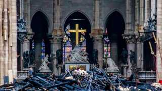 Storhed møder forfald i Notre Dame, der mandag aften brød i brand. Nu venter arbejdet med at genskabe katedralen.