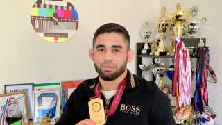 Rajbek Bisultatov viser sin EM-guldmedalje frem på sit ungdomsværelse i Herning.