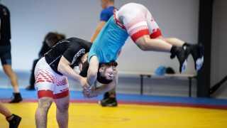 Lillebroderen Turpal Bisultanov er også en yderst talentfuld bryder. Her bryder de to brødre sammen.