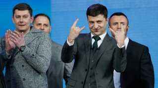 Præsidentkandidaten Volodymyr Zelenskij reagerer på klapsalver under debatten på det olympiske stadion i Kiev.