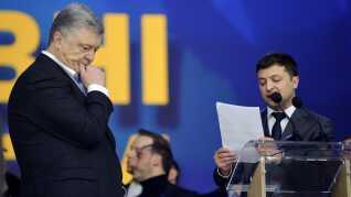 Den nuværende præsident, Petro Porosjenko, lytter til modkandidaten Volodymyr Zelenskijs spørgsmål under gårsdagens debat.