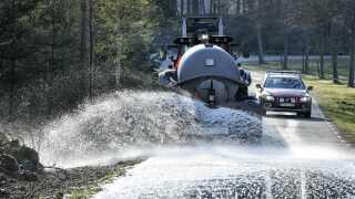 I Hästveda i Sverige har man blandt andet forsøgt at stoppe spredningen af branden ved at sprede vand fra en tankvogn.