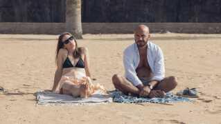 Louise (Lisa Carlehed) og Adam (Dar Salim) tackler sorgen over deres forsvundne søn vidt forskelligt i Samanou Acheche Sahlstrøms film 'Til vi falder'.