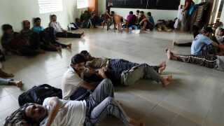 Pakistanske flygtninge i Negombo venter på at blive transporteret til sikre og hemmelige opholdssteder af politiet.