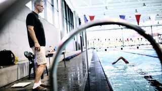 Tidligere landstræner Paulus WIldeboer står med vægten på bassinkanten i 2010.