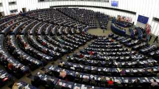De fleste parlamentarikere sidder i politiske grupper, der minder om partierne i Folketinget.