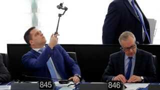 Der sidder parlamentarikere fra alle 28 medlemslande i Europa-Parlamentet. Her er tjekkiske Tomas Zdechovsky ved at tage en selfie under debatten i Strasbourg.