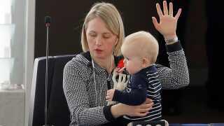 Her er det svenske Jytte Guteland, der har taget sin baby med i parlamentet.