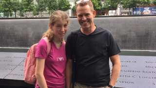 Lars Asmussen har sammen med sin datter Isabella og resten af familien skrabet 100.000 kroner sammen, som de har valgt at låne til Kvie Sø Efterskole, hvor datteren skal begynde efter sommerferien.