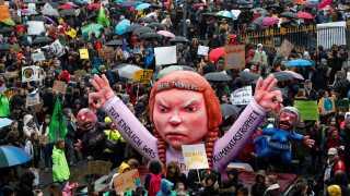 Svenske Greta Thunberg er blevet et forbillede for mange klimaaktivister verden over. Her ses det en figur af den unge svensker ved en demonstration i den tyske by Düsseldorf.