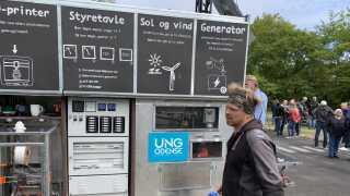 Anders Michelsen (i forgrunden), projektmedarbejder hos UngOdense og idémand bag plastiklaboratoriet, har glædet sig til at få vognen ud at køre og til at se elevernes engagement.