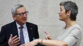 Margrethe Vestager (R) ses her med den nuværende kommissionsformand, Luxembourgs tidligere premierminister, Jean-Claude Juncker.