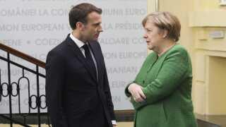 Hvor den franske præsident, Emmanuel Macron, er imod processen, bakker den tyske kansler, Angela Merkel, op om den.