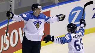 Kaapo Kakko står noteret for fem scoringer i Finlands første tre kampe ved VM i Slovakiet. Her har han netop scoret mod værterne fra Slovakiet.