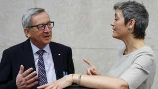 Siden 2014 har Margrethe Vestager (R) været EU's konkurrencekommissær. Her ses hun sammen med kommissionsformand Jean-Claude Juncker, som hun gerne vil efterfølge på posten.