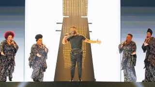 Svenske John Lundvik på scenen med sit gospelkor, The Mamas. De giver i øvrigt koncert på Hotel Cecil i København den 9. oktober.