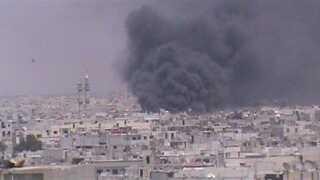 Røg stiger fra den syriske by Homs, hvor den syriske hær i dagevis har bombet oprørerne.