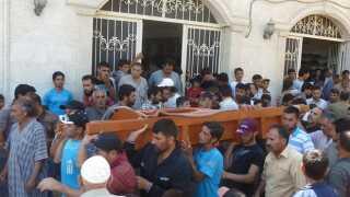 Liget af en mand, som angiveligt er blevet dræbt af præsidentens soldater, bliver båret gennem folkemængden.
